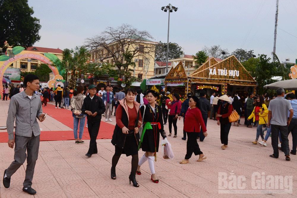 Sáng sớm, du khách khắp nơi đã đổ về Hội chợ.